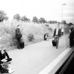 Junge Deutsche - Mobilität per Bahn - am Bahnhof
